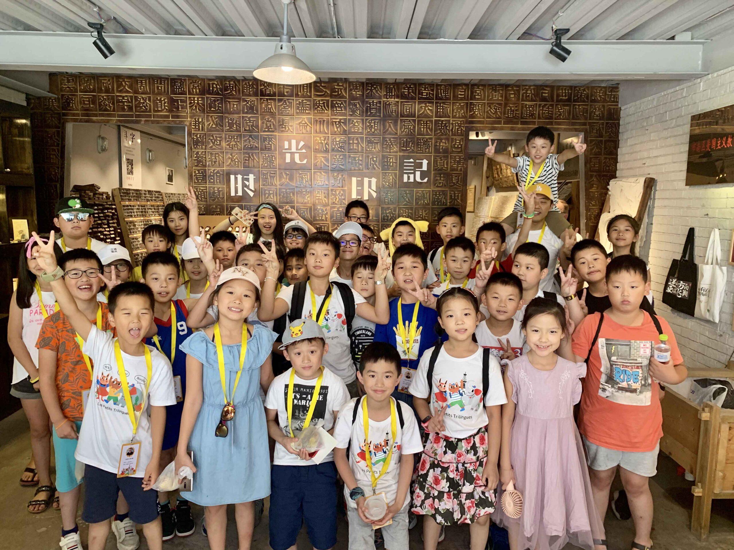 Un groupe d'enfant souriant prend la pose